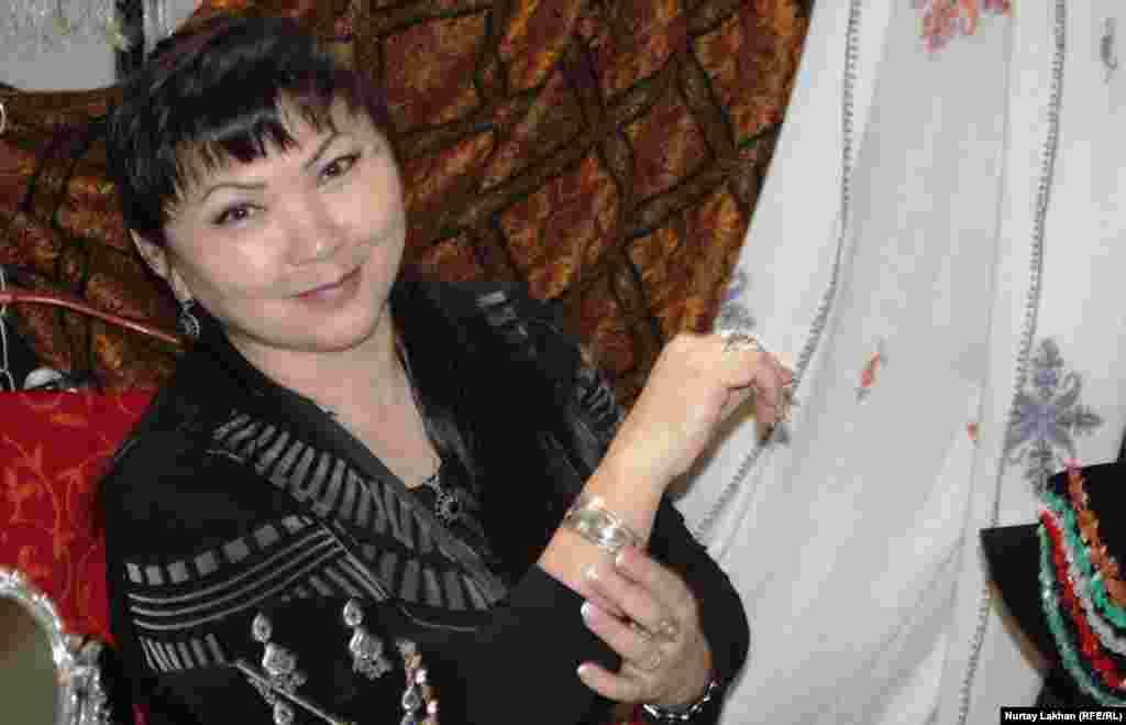 Саулеш, приехавшая из Семея, привезла на выставку серебряные украшения.