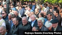 В Абхазии, начиная с 2004 года, противоборствующие политические лагеря привыкли мериться количеством участников проводимых митингов и сходов как мускулами