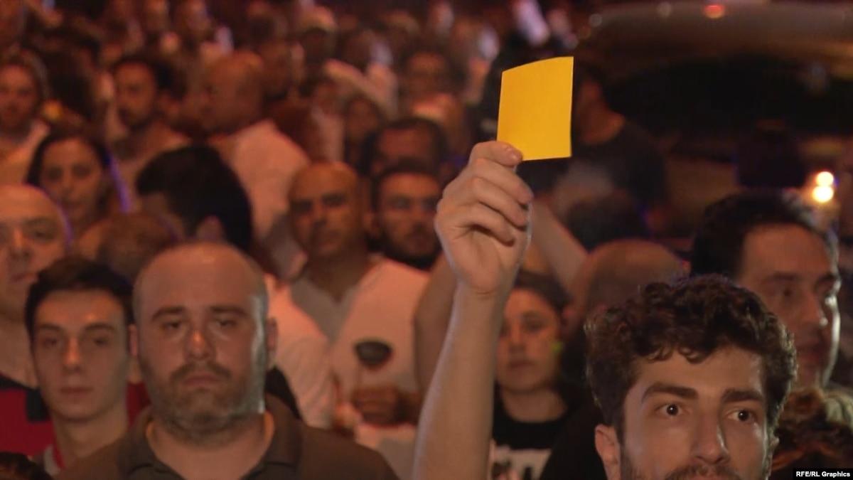 Желтые карточки и воздушные шары. Ночные протесты в Грузии – видео