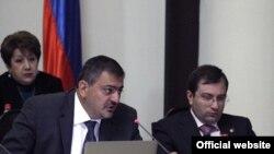 Министр финансов Ваче Габриелян (слева)