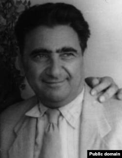 عبدالصمد کامبخش که سالها بعد به سمت دبیری حزب توده نیز رسید، از تودهایهایی بود که از ۱۴ سالگی در روسیه تحصیل کرده بود و ارتباطات مستمری با حزب کمونیست شوروی داشت.