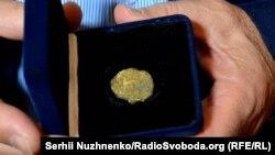 Особиста річ князя Святослава Хороброго, на якій зображено праобраз сучасного герба України – тризубу