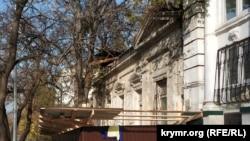 Дом №37 по улице Советской огорожен строительным забором, ноябрь 2019 года