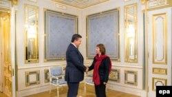Верховный представитель ЕС по внешней политике Кэтрин Эштон (cправа) и президент Украины Виктор Янукович во время встречи в Киеве. 29 января 2014 года.