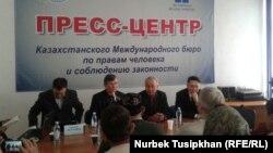 Белсенділер конституцияның 26-бабын өзгертуге қарсылығын білдіріп отыр. Алматы, 22 ақпан 2017 жыл.