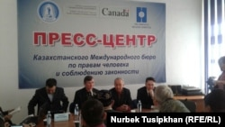 Участники пресс-конференции «против поправок статью Конституции о праве собственности». Алматы, 22 февраля 2017 года.