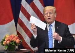 Presidenti Trump mban në duar letrën që i kishte dërguar Kim Jong Un. 26 shtator, 2018.
