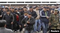 Թիկնապահները ճանապարհ են բացում Կուրմանբեկ Բակիեւի` ձախողված հանրահավաքի վայրից հեռանալու համար, Օշ, 15-ը ապրիլի, 2010թ.