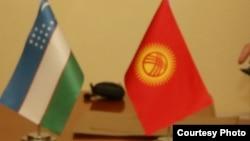 Государственные флаги Узбекистана (слева) и Кыргызстана.