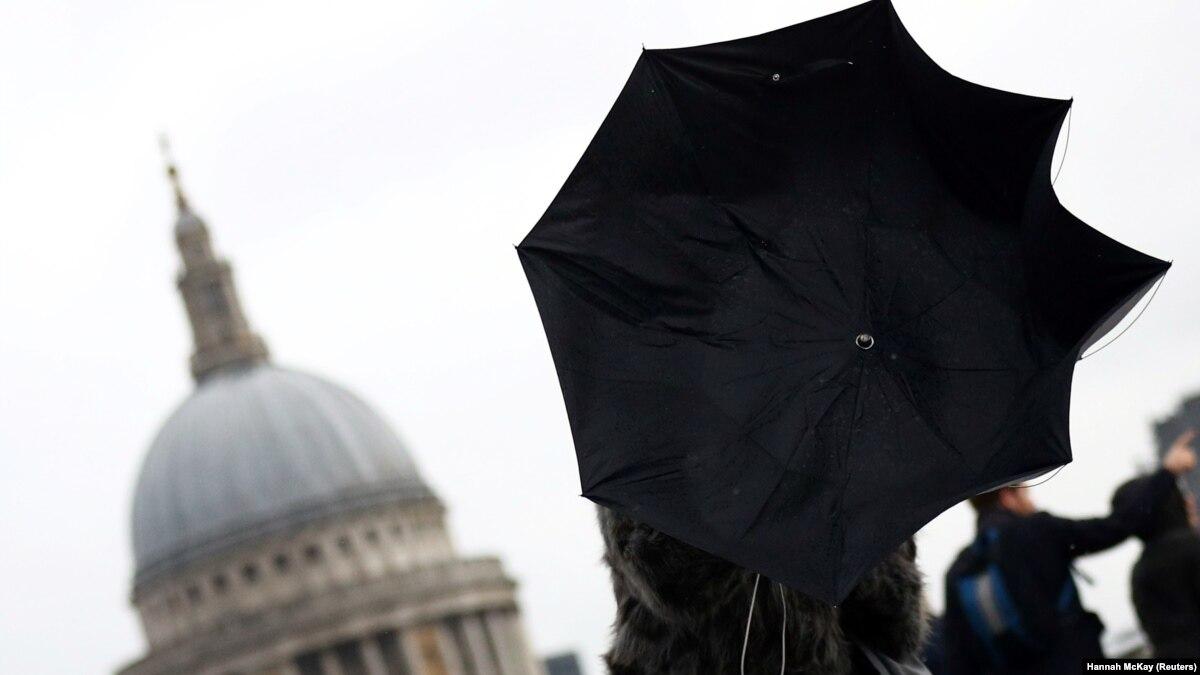 В Великобритании жертвами урагана «Деннис» стали двое людей