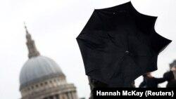 Шторм «Денніс» бушує в Британії