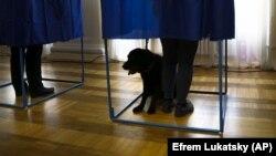 Найпоширенішими порушеннями на виборчих дільницях є фото- та відеофіксація бюлетенів та спроби винести їх за межі дільниці – МВС