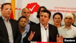 Лідер соціал-демократів Зоран Заєв і його однопартійці на прес-конференції у Скоп'є, 28 квітня 2017 року