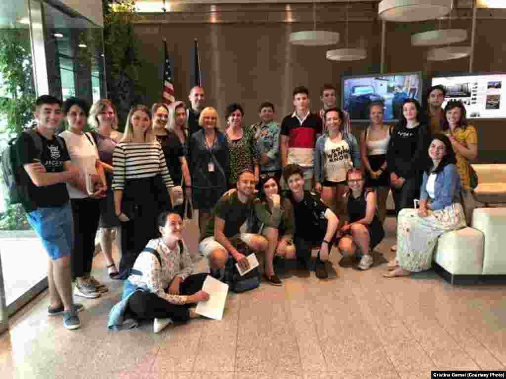 Tineri din 12 țări, participanți la programul Telling Our Stories 1989, la sediul Radio Europa Liberă/Radio Libertatea din Praga, august 2019