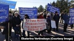 Митинг протеста уволенных работников БЦБК в Байкальске в октябре 2013 года
