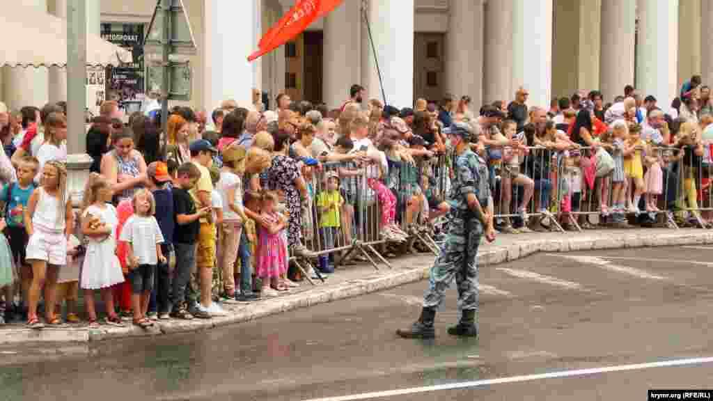 24 июня 2020 года в трех городах в аннексированном Крыму – в Симферополе, Севастополе и Керчи – прошли российские военные парады, посвященные 75-й годовщине победы во Второй мировой войне. И хотя через громкоговорители людей, пришедших посмотреть парад, настоятельно просили соблюдать масочный режим и социальную дистанцию, многие не вняли советам