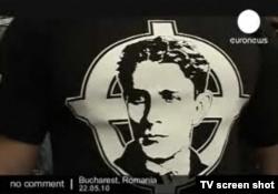 Футболка с изображением Корнелиу Кодряну, основателя Железной гвардии, на участнике одной из демонстраций правых радикалов. Кодряну был убит в 1938 году в тюрьме по приказу правительства Кароля II