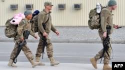 """""""Манас"""" транзиттік орталығынан елдеріне қайтып бара жатқан америкалық әскерлер. Бішкек, 21 наурыз 2013 жыл."""