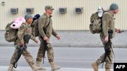 """Американские военные в транзитном центре """"Манас"""" перед отправкой на родину, 21 марта 2013 года."""