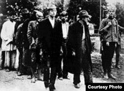 """""""Гвардейцы Недича"""" эскортируют цыган к месту расстрела. 1941 год"""