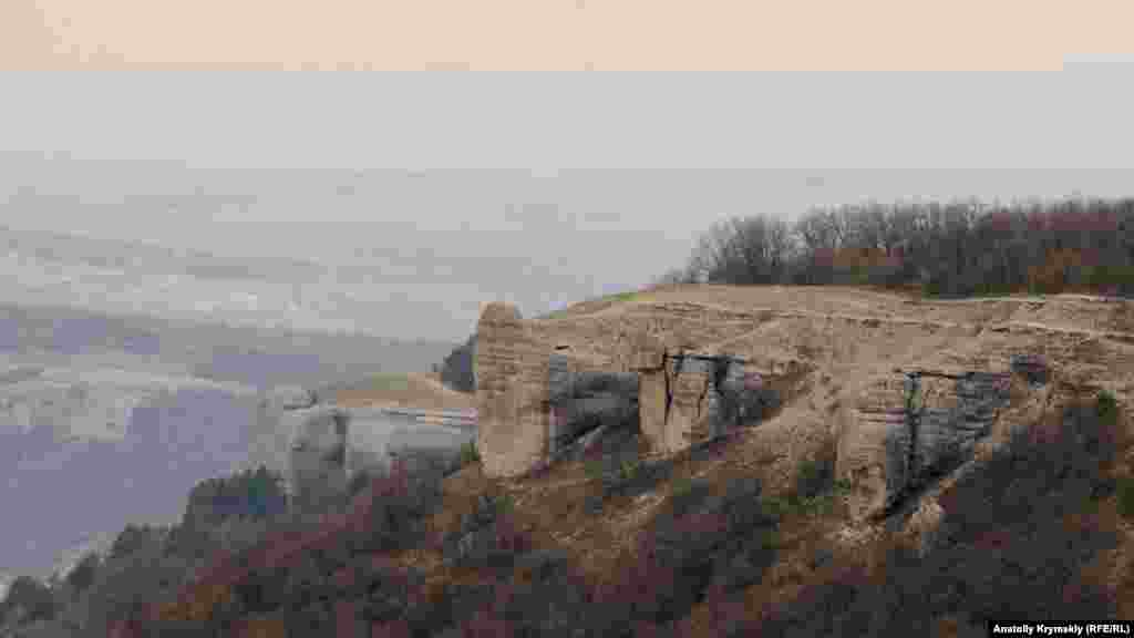Гребень куэсты Внутренней гряды Крымских гор на границе Симферопольского и Бахчисарайского районов. Неподалеку находится село Левадки. Куэсты (от испанского «cuesta»– откос, склон горы) – форма рельефа в виде асимметричных гряд, образующихся при природном разрушения горных пород. Пологий склон гряды совпадает с более крепким, стойким к выветриванию наклонным слоем