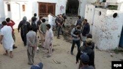 Պակիստան - Իրավապահները ինքնասպան ահաբեկչի իրականացրած պայթյունի վայրում՝ շիաների մզկիթի մոտ, Լախի Դար շրջան, Շիկարպուր, 30-ը հունվարի, 2015թ․