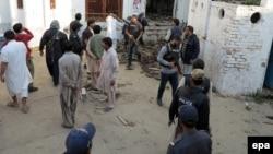 На месте взрыва бомбы в мечети в Пакистане. 30 января 2015 года.
