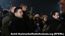 Президент України Володимир Зеленський (ліворуч) в аеропорту «Бориспіль» під час зустрічі звільнених в рамках обміну утримуваними особами між Україною і російськими гібридними силами, 29 грудня 2019 року