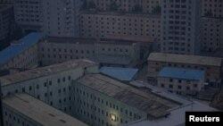 Портрет основателя Северной Кореи Ким Ир Сена украшает здание в Пхеньяне.