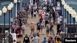 Լողափում զբոսնող մարդկանցից քչերն են կրում դիմակ, Կալիֆորնիա, 22-ը հունիսի, 2020թ.