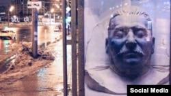 Постер с посмертной маской Сталина на московской улице