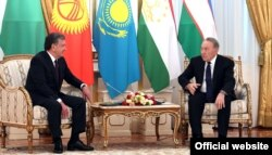 Қазақстан президенті Нұрсұлтан Назарбаев (сол жақта) пен Өзбекстан президенті Шавкат Мирзияев. Астана, 15 наурыз 2018 жыл.