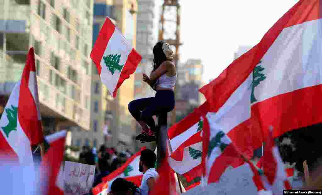 У Лівані акції протесту почалися у ніч на 18 жовтня. Демонстранти звинувачують політиків у корупції, високому рівні безробіття та доведенні країни до економічного краху. Частково протести були викликані планом оподаткування дзвінків в WhatsApp і інших програмах обміну повідомленнями.