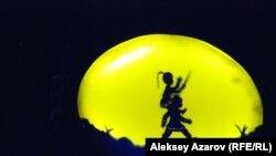 Некоторые действия в спектакле показаны через театр теней. Алматы. 16 сентября 2015 года.