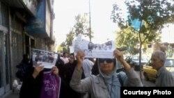 تصویری از خانواده های زندانیان سیاسی در مقابل دادستانی تهران در روز چهارشنبه- عکس از کلمه