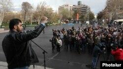 Müxalifət lideri David Sanasaryan martın 16-da Yerevanda keçirilmiş mitinqə müraciət edir