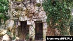 Закрытый грот с камином и смотровой площадкой (каминный грот)