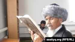 Пожилой мужчина в мечети села Шубаркудук. Актюбинская область, 16 ноября 2013 года.
