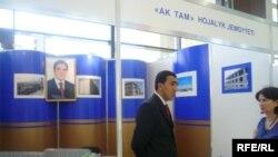 """Aşgabadyň """"Sergi köşgünde"""" geçirilen """"Türkmengurluşyk-2009"""" atly halkara sergisinde """"Ak Tam"""" türkmen firmasynyň burçy."""