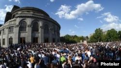 Пасьля першага пратэсту супраць павышэньня коштаў на электраэнэргію ў Армэніі, людзі зноў праводзяць акцыю пратэсту на плошчы Свабоды