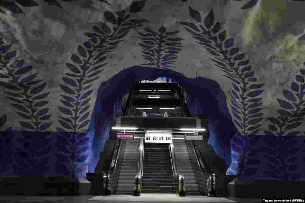 T-Centralen - единственная станция, где соединяются все три линии системы метро. Станцию открыли в 1975 году, она стала тогда 79-й по счету. Расположена на глубине 26-32 метров. Оформлением занимались несколько известных художников.