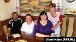 Венгр кафесі қызметкерлері (солдан оңға) Шандо, Ольга, Анжелика және Каталин. Берегове, 28 мамыр 2014 жыл.