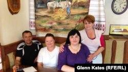Сотрудники венгерского кафе в городе Берегово. 28 мая 2014 года.
