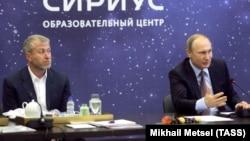 Roman Abramoviç (solda) və Vladimir Putin (Arxiv fotosu)