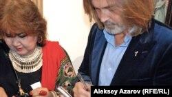 Российский художник Никас Сафронов дает автограф. Алматы, 16 сентября 2014 года.