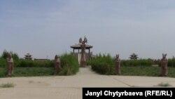"""Вход на древнее кладбище под названием """"Гробница Астана"""". Синьцзян-Уйгурский автономный район Китая. Май 2011 года."""