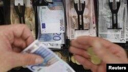 Евро начал терять в цене, едва только пришли новости из Греции