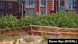 Активисты оградили рощу оранжевой строительной сеткой