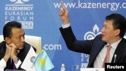 Мұнай және газ министрі Сауат Мыңбаев (сол жақта) және Қазақстан президентінің күйеу баласы Тимур Құлыбаев. Астана, 4 қазан 2011 жыл.