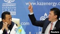 Сауат Мынбаев (слева) и Тимур Кулибаев на нефтяном форуме в Астане. 4 октября 2011 года.